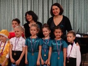 Руководитель хора и концертмейстер со своими учениками